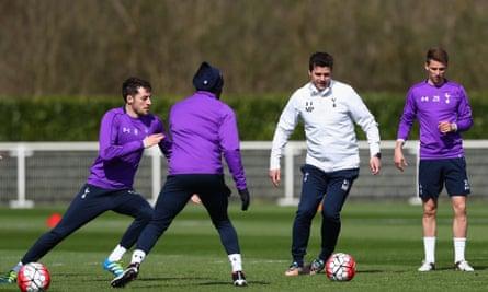 Mauricio Pochettino Drinks In Wise Words From His Inspiration Alex Ferguson Tottenham Hotspur The Guardian