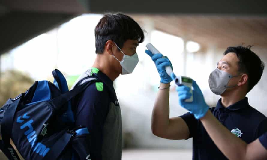 Jeonbuk Hyundai Motors' Lee Dong-gook has his body temperature taken before the practice match against Daejeon Citizen last weekend.