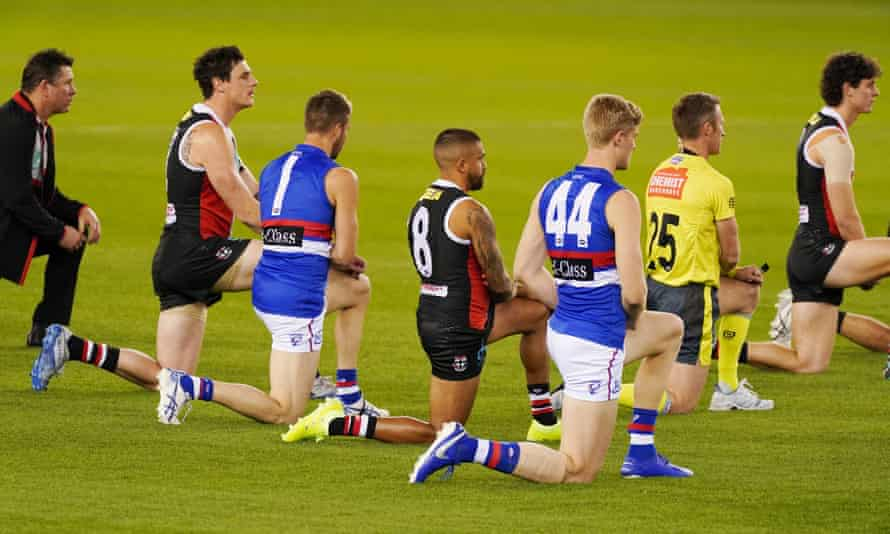 St Kilda and Western Bulldogs players take a knee