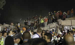 2018最新澳门博彩线上娱乐发生后,救援人员在墨西哥城Colonia Obrera附近的倒塌建筑物上工作。