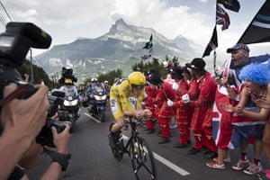 Fans cheers as Britain's Chris Froome, wearing the overall leader's yellow jersey, passes during the eighteenth stage of the Tour de France