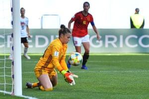 An easy stop for Spain's goalkeeper Sandra Paños.