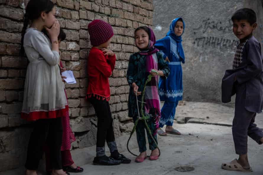 کودکانی که در خیابان کابل بازی می کنند.