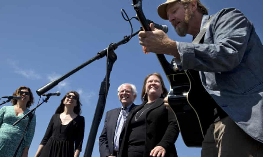 """Cathy Guthrie, granddaughter of Woody Guthrie, far left, Amy Nelson, daughter of Willie Nelson, with the musical group Folk Uke, sing as Guy Forsyth plays guitar for Sen. Bernie Sanders, I-Vt., center, and his wife Jane Sanders, on a rendition of """"This Land Is Your Land' in Austin, Texas."""