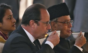 Francois Hollande and his Indian counterpart Pranab Mukherjee drink tea.