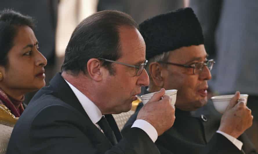 Francois Hollande and his Indian counterpart Pranab Mukherjee drink tea.