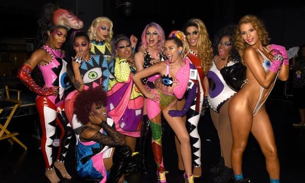 Miley con sus bailarines antes de actuar.