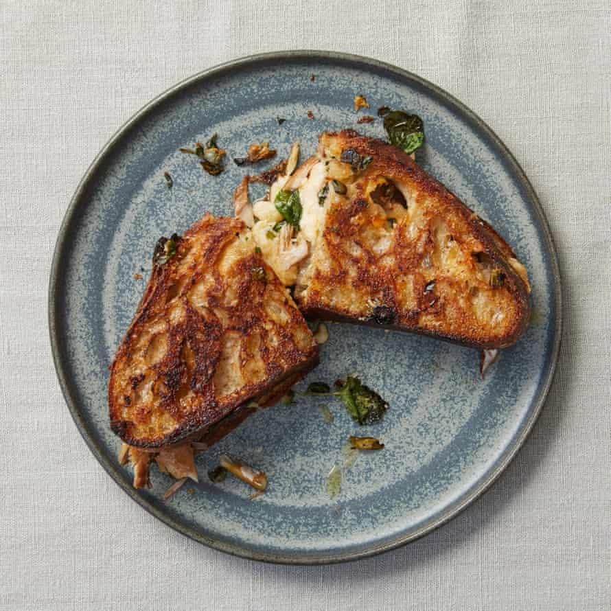 Toasties au maquereau fumé de Chantelle Nicholson avec fromage cheddar, câpres et tiges de chou mariné