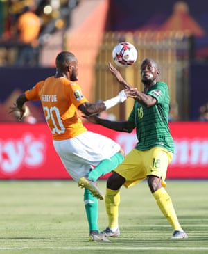 South Africa's Sifiso Sandile Hlanti (R) in action against Ivory Coast's Die Serey.