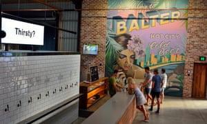 Xem nội thất của quán rượu microbrewery Balter ở Currumbin, với những người bằng quầy bar.