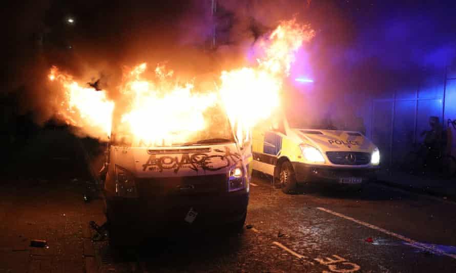 یک ون پلیس خرابکار در خارج از ایستگاه پلیس بریدول در بریستول در آتش سوخت.