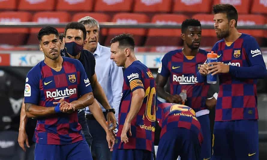 دستیار مربی بارسلونا ، ادر سرابیا ، در جریان دیدار لیگ بارسا بین باشگاه بارسلونا و باشگاه اتلتیکو مادرید در نیوکمپ در ژوئن 2020 با لوئیز سوارز و لیونل مسی صحبت می کند.