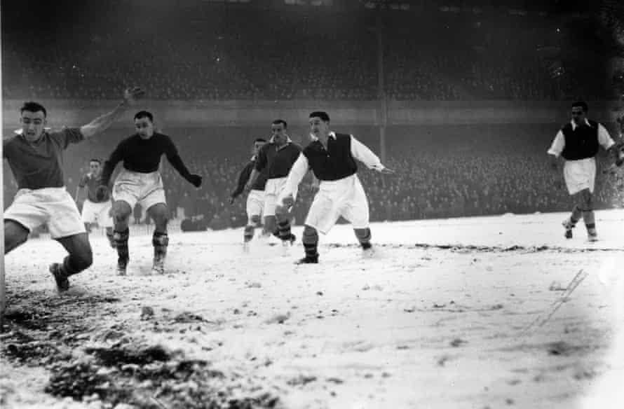 Arsenal score against Manchester United on 1 February 1947
