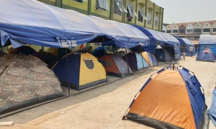 Tenda pengungsi di sebuah kompleks di Jakarta Barat