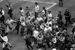 Acquista una classica foto sportiva: Pelé sale al cielo con la sua passione per i fan |  Arte e design