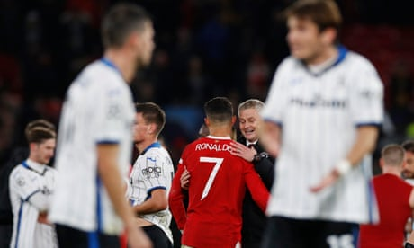 Manchester United fight back again and Bruce bows out – Football Weekly Extra