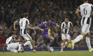 Juan Cuadrado fouls Cristiano Ronaldo.