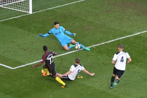 Lloris saves Iheanacho's shot.