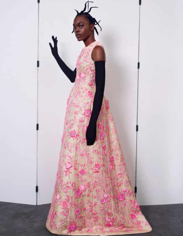 Seorang model dalam gaun Balenciaga di acara haute couture label di Paris