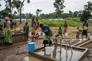 Burundian refugees at a water point in Nduta