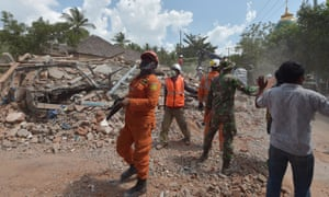 Indonesian search and rescue personnel in Lombok after a 6.2-magnitude aftershock hit
