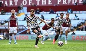 Fernandes tucks away the penalty.
