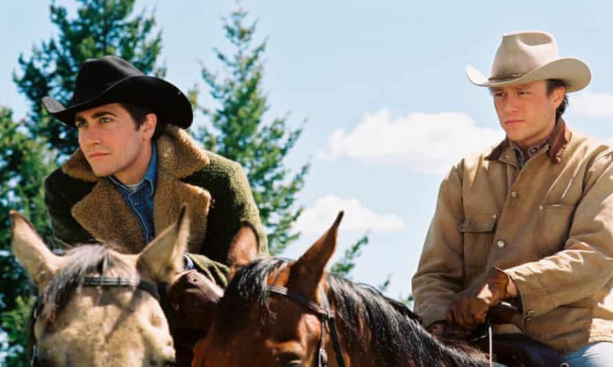 Jake Gyllenhaal and Heath Ledger on horses, both wearing cowboy hats