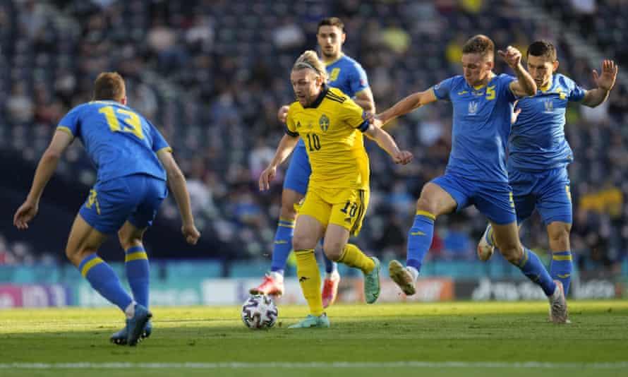 Sweden's Emil Forsberg attacks against Ukraine