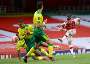 Cedric Soares thumps home Arsenal's fourth.