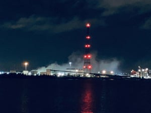 West Thurrock, England. Toxic fumes rise from an industrial site in Essex. Nearby residents have been advised to stay indoors with their windows closed after a chemical leak released a cloud of hydrochloric acid