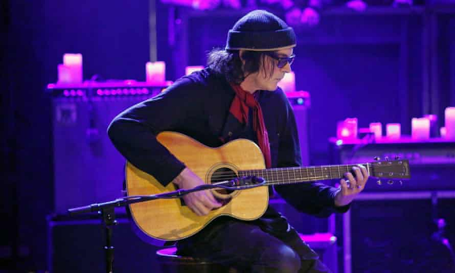 David Roback of Mazzy Star performing on Late Night With Jimmy Fallon in 2013.