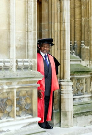 Annan walks to the Sheldonian Theatre in Oxford before receiving an honorary degree at the university in June 2001