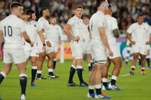 England captain Owen Farrell looks around as his team struggle to impose themselves.