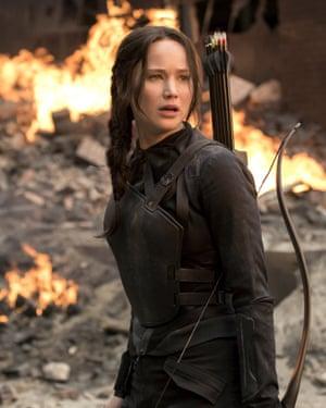 Chica en llamas ... Jennifer Lawrence como Katniss en la película Los juegos del hambre 2012.