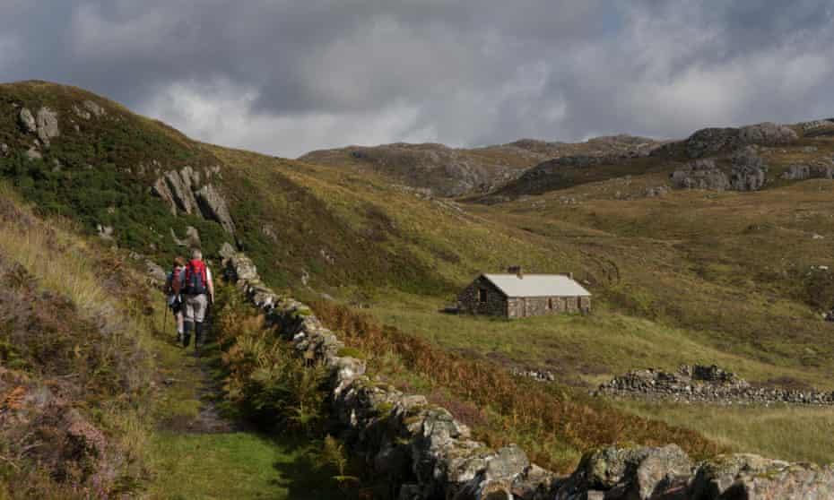 Approaching Suileag bothy.