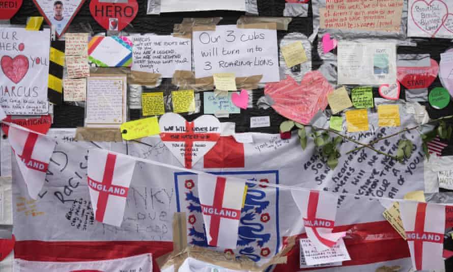 Beberapa pesan dukungan tertinggal di dinding