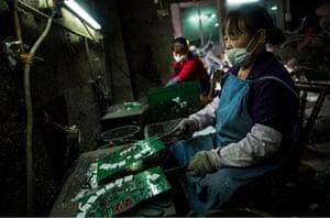 Women melt down circuit boards in Guiyu
