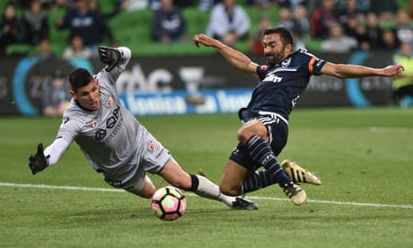 Kenny Lowe praises 'courageous' Perth Glory in Victory mismatch