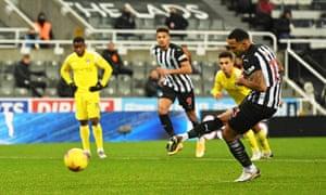 Callum Wilson of Newcastle makes it 1-1.