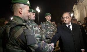 弗朗索瓦·奥朗德在新年前夜与巴黎香榭丽舍大街附近的军队交谈