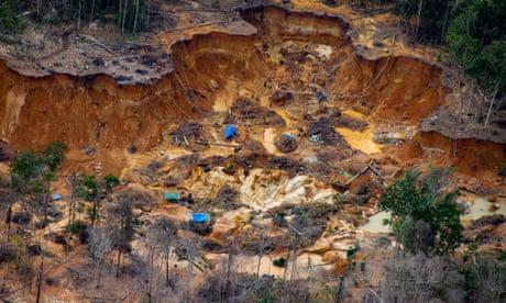 Uma das minas de ouro ilegais na região do rio Uraricoera, na reserva Yanomami