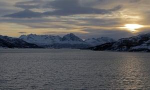 A wintry mid-afternoon sunset over Dyrøya island