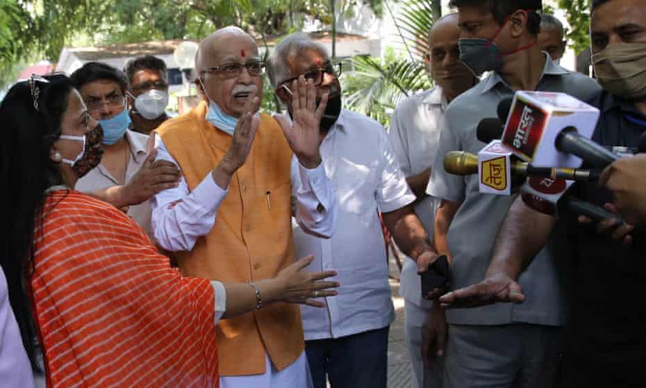 LK Advani (centre) speaks to the media in New Delhi, India.