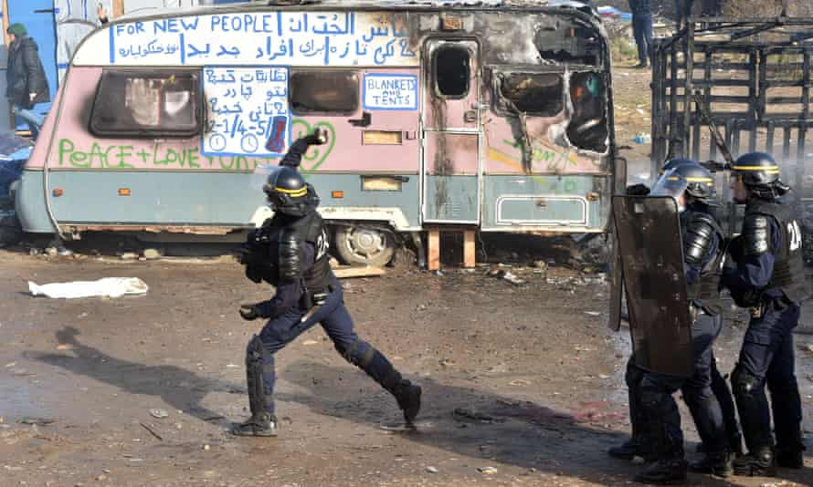 Police throw teargas at Calais Jungle camp