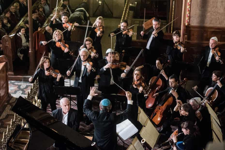 Daniel Barenboim with members of the Budapest Festival Orchestra conducted by Iván Fischer at the Dohány Street Synagogue.