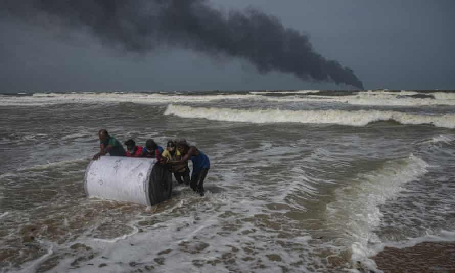 Sri Lankans salvage wreckage from the burning cargo ship X-Press Pearl. The fire has become the country's worst maritime disaster.