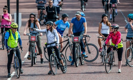 Cyclists near London's Buckingham Palace