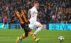 Oumar Niasse strikes to put Hull City a goal ahead.