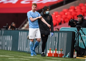 Kevin De Bruyne trudges towards the Manchester City bench.