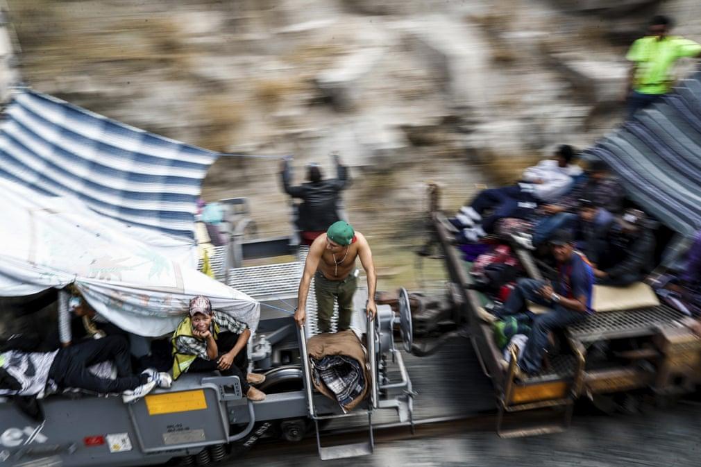مهاجران امریکای مرکزی در حال سفر به سمت مرز ایالات متحده در مکزیک